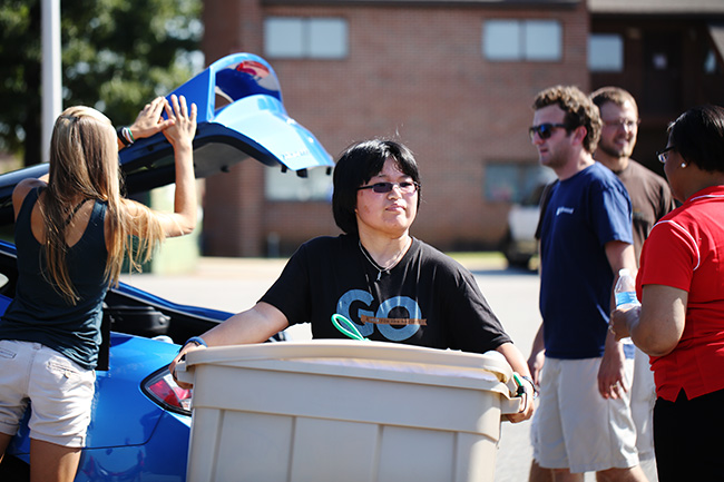 Union employees and student leaders help new students move in