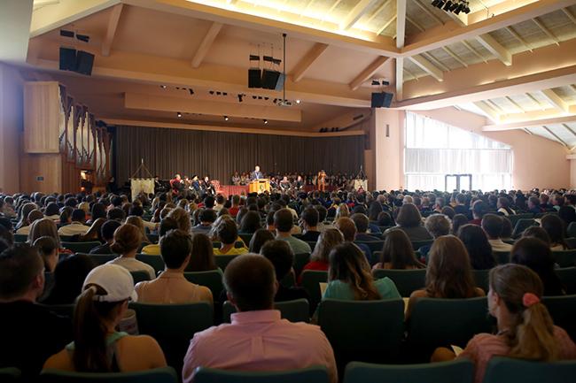 Dr. Dub Oliver delivers the Convocation address.