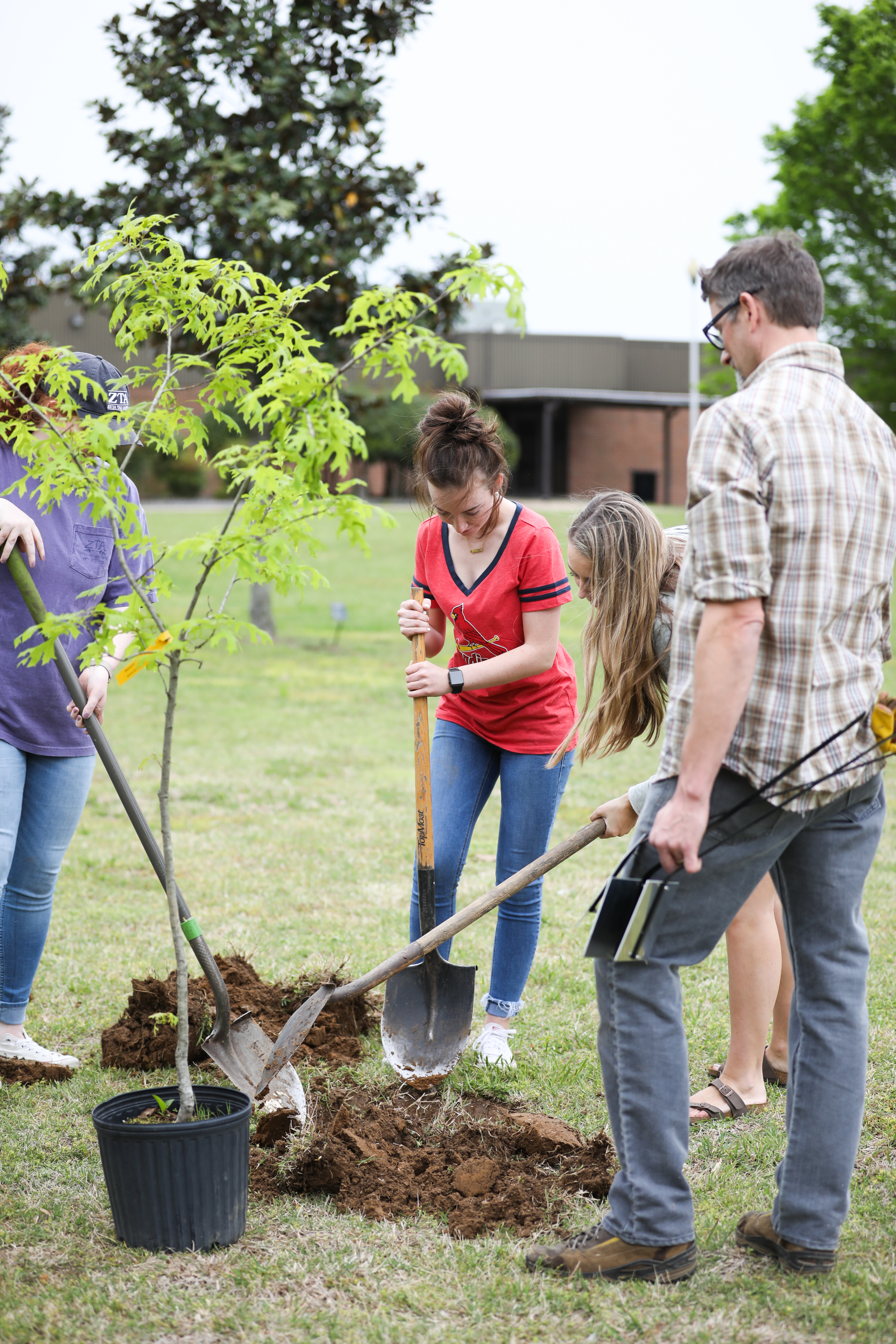 180425_KMW_BiologyPlantingTrees_206